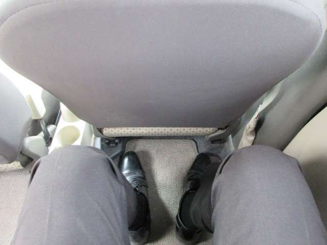 撮影者(170cm)のドライビングポジションに合わせてもゆったりとした後部座席です♪