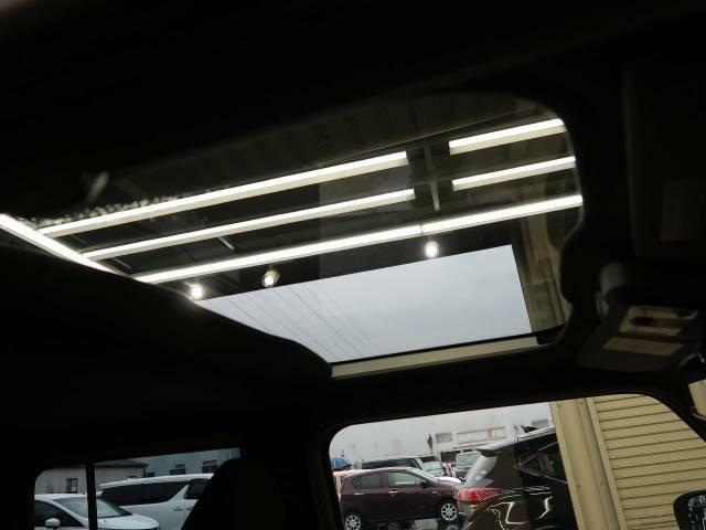 【ガラスルーフ】屋根の一部がガラスになっています。時間運転で疲れちゃってもこの開放感♪