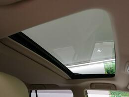 人気装備!!【ムーンルーフ】開放的なムーンルーフからは、爽やかな風や温かい陽の光が車内に差し込みます。