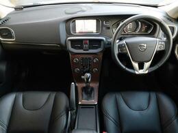 H30年式 V40 D4 インスクリプションがご入庫致しました!外装は人気のアイスホワイト、内装は高級感のある黒革シートとなっております。プレミアムサウンドやシートヒーターなどついた装備充実の一台です