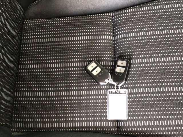 カバンに入れたままでも、ドアの解錠・施錠、エンジンスタートが可能なスマートキーです。