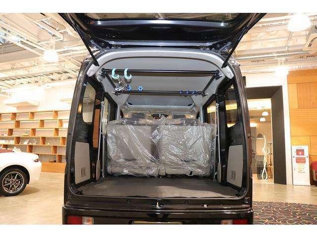 荷物をたっぷり載せれるのがバンタイプの魅力。ロッドホルダーなどに便利なカスタムカーに仕上げました。