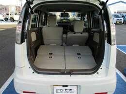 後席シートを倒せば広い荷室スペースが確保されます。