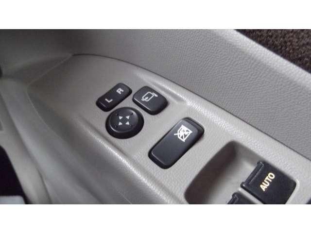 「電動格納ドアミラー」ボタンでミラーの角度調整・開閉が可能です