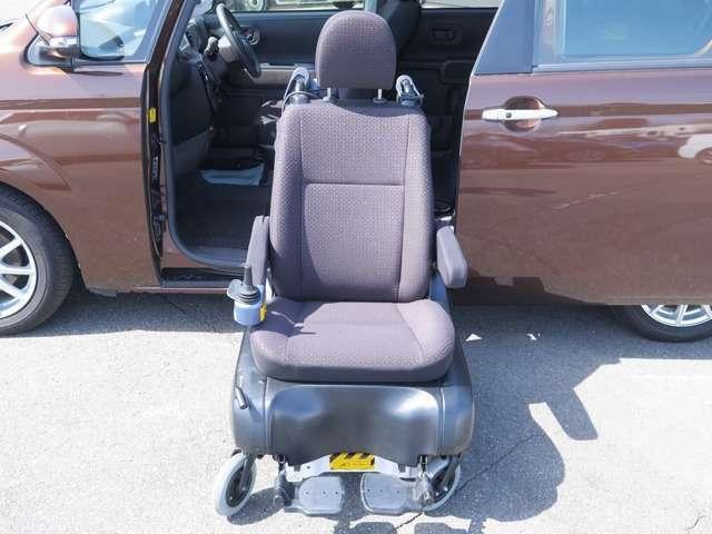 車いすの座面に近い高さまで、シートが昇降してくれる便利な装備です◎