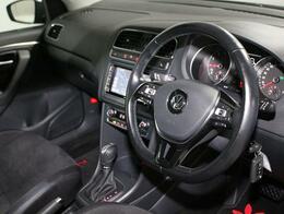 機能性なスイッチ&レバー配置の運転席。