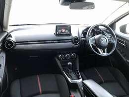 ドライビングを楽しむコックピットと、開放的で心地よい助手席の2つの空間を対比させた室内構成。左右対称のインテリアデザインでドライバーを包み込み運転に集中できるように設計されています。