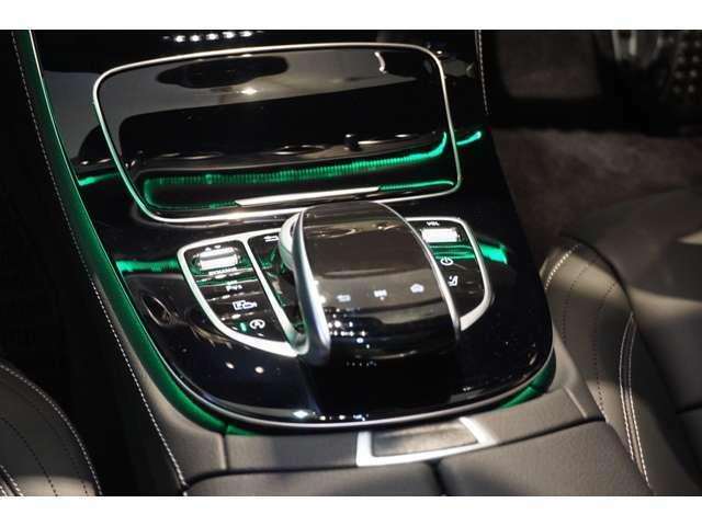 【タッチパッド】指先の動きだけでCOMANDシステムを操作する事が出来ます。また運転中でも前方から目を逸らす事なく安全に操作出来ます。