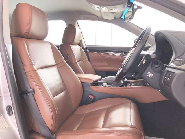 運転席、助手席本革シート、18Way調整式メモリー付きパワーシート、シートヒーター、シートエアコン装備