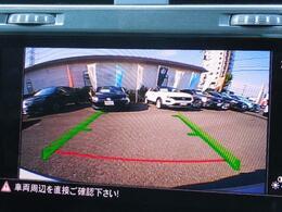 ギヤセレクターレバーをリバース(R)に入れると、リヤビューモニターが作動。リヤエンブレムに内蔵されたカメラが後方の映像をディスプレイに映し出し車両後退時の安全をサポートします。