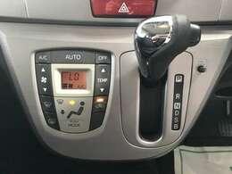 温度調節がカンタンにできるオートエアコンもついてます!!