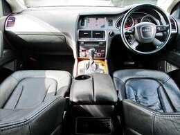 ドライバーを包み込むような造形をもったインパネ SUVらしく見晴らしもよく安定したドライブをお楽しみいただけます