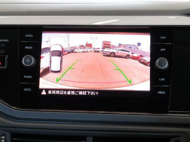 リヤビューカメラ:車両後方の映像を映し出します。画面にはガイドラインが表示され、車庫入れや縦列駐車を容易にしてくれます。