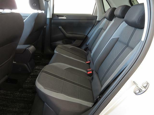 ひとまわり大きくなったPoloの後席は頭上や足元が広くなり、乗り降りもしやすくなりました*
