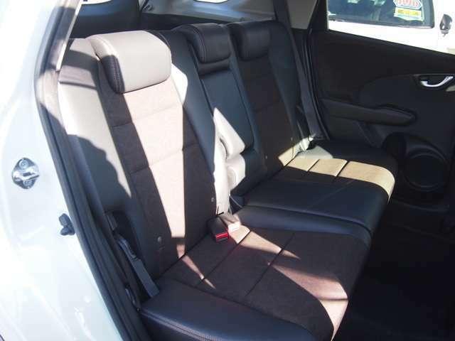 リヤシートの座面を折り上げて高さのある荷物も載せられます!