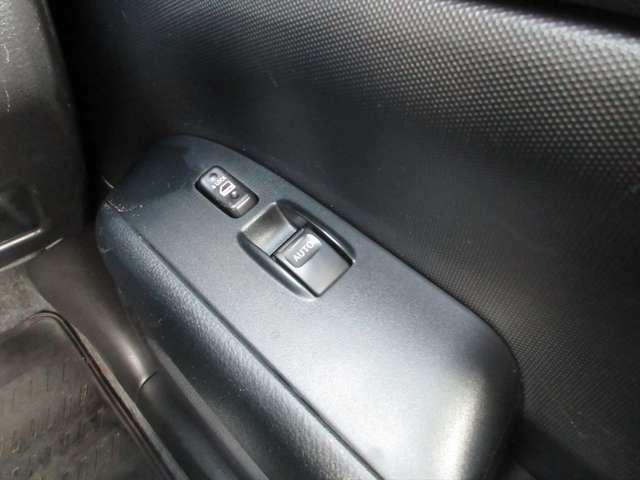 運転席窓のみパワーウィンドウになります。