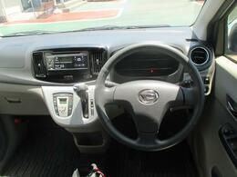 スタイリッシュなデザインの運転席空間☆視界も良好です!