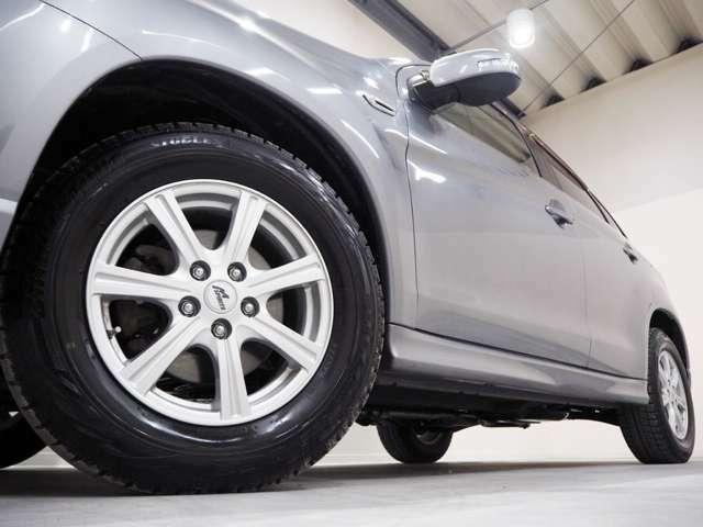 ホイルは社外16インチアルミホイルになります。タイヤは夏冬セットでお付けしますので、余計な出費もかさまず安心です。タイヤサイズ215-65-16。