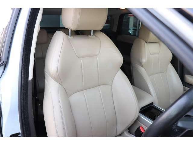 アーモンドのレザーは上品な色味で車内に落ち着いた雰囲気をもたらします。