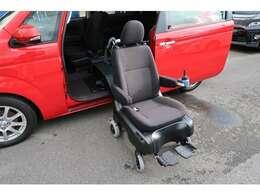 助手席がそのまま車いすになりますので車いすへの移動がなくて便利です!電動式ですのでジョイスティックでご自身でも操作できますし介助者の方も楽に介助できます