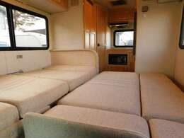 ダイネット部分ベッド展開時サイズ 190cm×101cm 横座りソファ展開時サイズ 180cm×105cm それぞれ大人2名づつ就寝可能です。