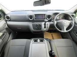 ディーラーオプションのメモリーナビ(型番MM318D-W)・マニュアルエアコン・リモコンキ-等を装備する運転席まわり。