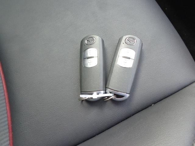 アドバンスドキーレスエントリー装備です。ドアを開けるのもエンジンをかけるのも鍵を持っていればOK!鍵を探してバッグの中を探す必要はもうありません。
