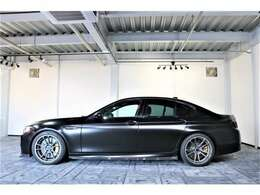 初代BMW「M5」のコンセプトを受け継ぎながら、サーキットにおける運動性能とプレミアム・セグメントにおけるラグジュアリー・スポーツ・セダンとしての要素を合わせ持つ。