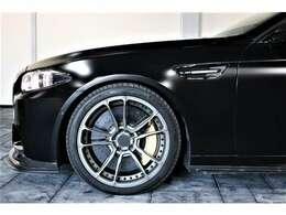 ブレーキはカーボンセラミックブレーキを標準採用!通常約200万のオプションになります。ホイールはエナジーモータースポーツ20インチ鍛造ホイールを装着!!