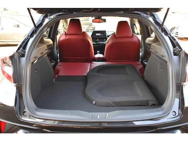 リヤシートを畳めば大きな荷物も楽々収納出来ます。