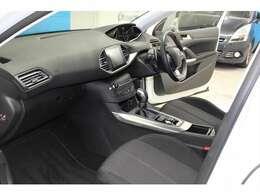 運転席には、小径ステアリング・ヘッドアップインストルメントパネルや、視認性と操作性を一体化したタッチスクリーンなどの「アイ・コックピット」と呼ばれる新しい装備が搭載されました。