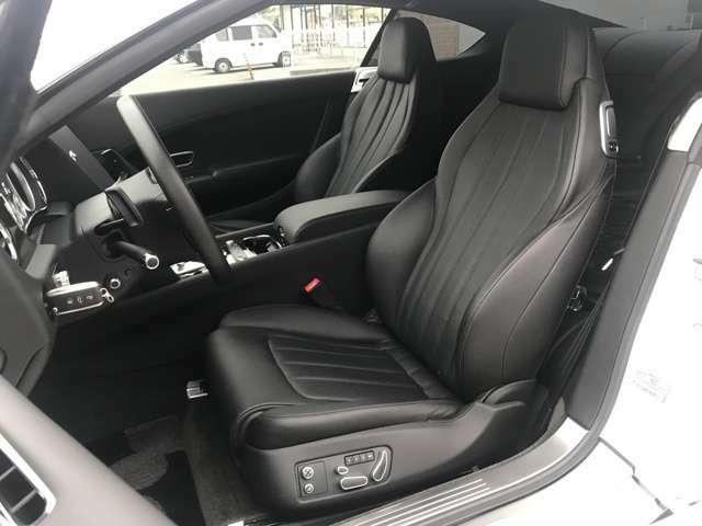 【ブラックレザーシート】内外装であえて逆の色を選択。高級車にふさわしい、品のある組み合わせです。日本人に好まれる組み合わせではないでしょうか。