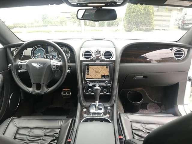 """インパネの造形はベントレーのエンブレム、""""ウイングドB""""からモチーフを用いているそうです。中央の【アナログクロック】もグッド。【自動防眩ルームミラー】後続車のヘッドライトによる眩惑を防ぎます。"""