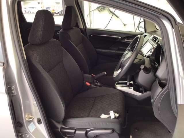 フロント広々、セパレートシートの運転席は、ハイトアジャスターが付いているので、快適にドライブができます。ハンドルはチルトステアリングで、ハンドル位置を上下に調節できます。