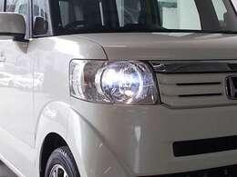 暗い夜道を明るく照らすディスチャージヘッドライトを装備しています。夜のドライブも安心ですね!