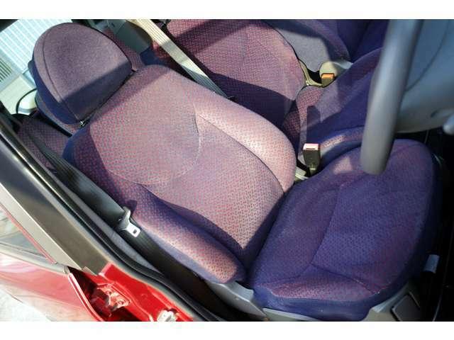 運転席は年式距離相応のスレキズやヘタリがございますがヤブレはございません。