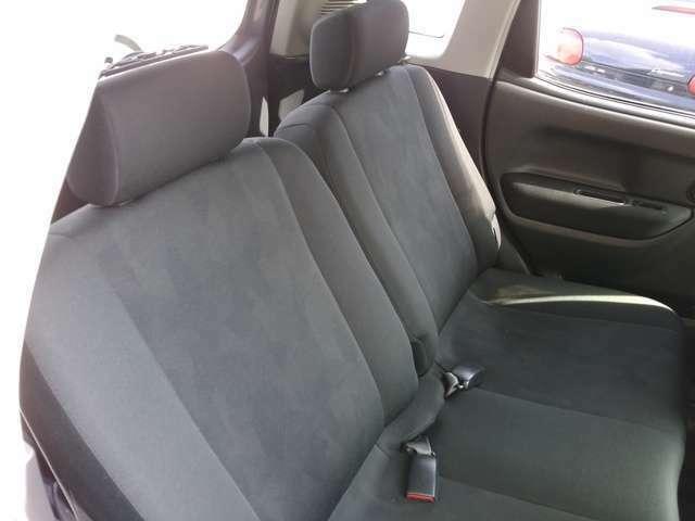 後部座席はさすがにRECAROではないですが、フロントシートと同じ表皮で揃えられています。ラゲッジルームを優先したつくりになっているため、残念ながら足元は狭め。