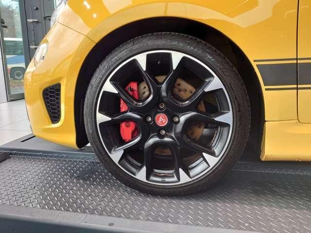 ブレンボ製4ポッドフロントブレーキキャリパーとブレーキのクーリング性能を高める17インチ10スポークアルミホイール。
