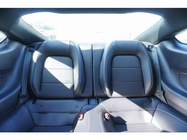 リヤシートもブラックレザーになっており、使用感なく非常にきれいな状態となります!