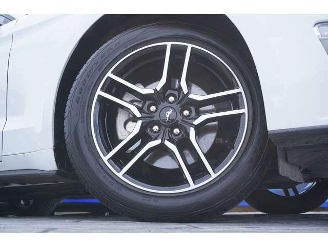 ホイールは純正の18AWとなっており、タイヤサイズはFr:235/50R18Rr:235/50R18 となっております!