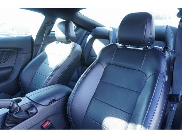 運転席、助手席ともにホールド性の高いシートになっておりますので、スポーツ走行時もお体をホールドしてくれます!