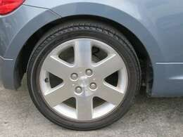 ☆純正のアルミホイールが装備されています。タイヤの溝もたっぷり!