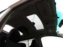 サンルーフがあると車内が明るくなり、開放感を味わうことが出来ます♪