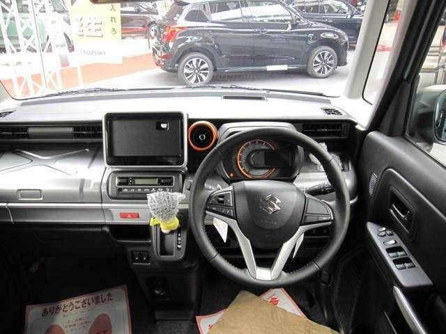 見やすく、操作しやすいレイアウト、視認性の高いメーターやディスプレイと手の届きやすさ、操作方向、操作頻度をこ考慮したスイッチの配置になっており運転に集中できます
