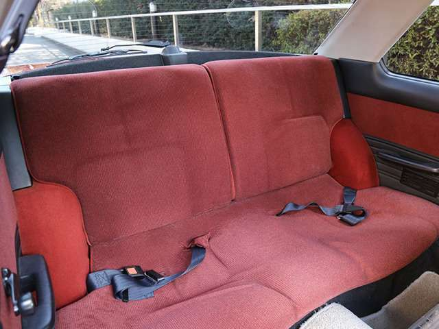 リアシートは紫外線の影響も少なく、かつ乗車歴も少ないため極て良いコンディションを保ってます。