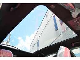 ■メーカーオプションのパノラマルーフが装備されていますので、車内に心地いい開放感を与えてくれます。