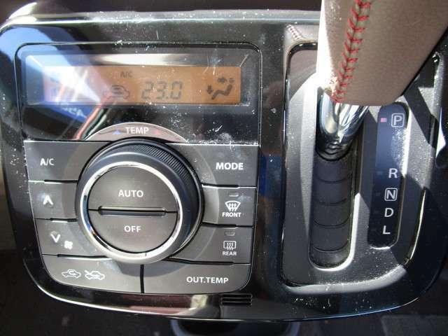 オートエアコン装備で、温度設定しておけば、風量、風向きを自動調整してくれます。