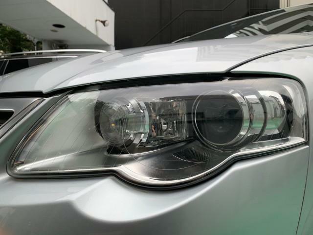 ヘッドライトにはキセノンヘッドライトを搭載し、夜間でも高い視認性を実現しています。