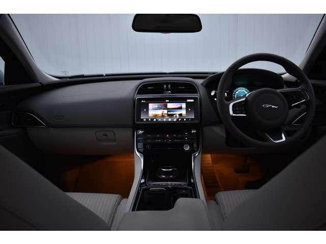 上質なフルレザーシート。厚みのあるシートはしっかり身体にフィットし、長距離での運転でも疲れにくいと定評があります。