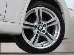 Mスポーツ専用セッティングのサスペンションに、専用18インチタイヤ&ホイールの組み合わせとなります。タイヤはピレリで、BMW指定のスターマークの入ったランフラットタイヤとなります。